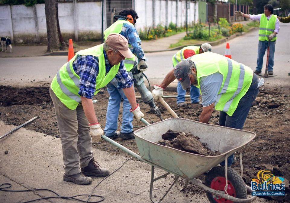 Obras Municipales mejora conectividad en sectores rurales y urbanos de Bulnes