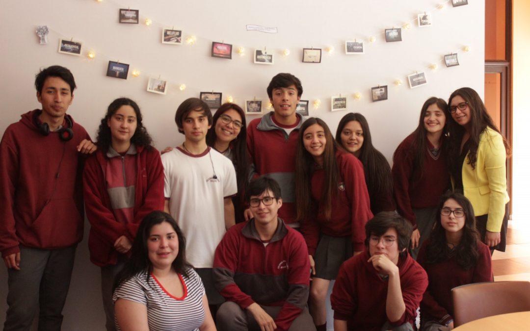 Alumnos del Colegio San Esteban HC aportan con nuevas palabras en Biblioteca Municipal de Bulnes.