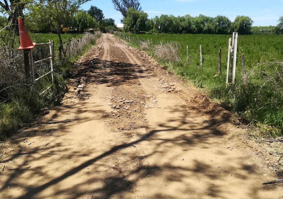 Importantes mejoras ejecutan en camino rural del sector Larqui Poniente
