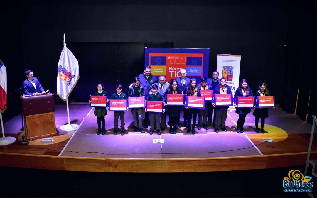 Municipio entregó 245 computadores a alumnos de 7 básico de la capital de Diguillín