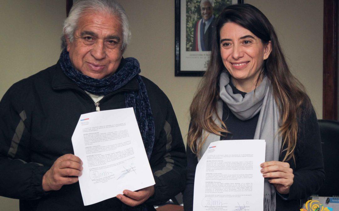 Alcalde Jorge Hidalgo y María Soledad Castro Martínez SEREMI de Las Culturas, Las Artes y el Patrimonio de Ñuble firman importante convenio para el fortalecimiento del PMC