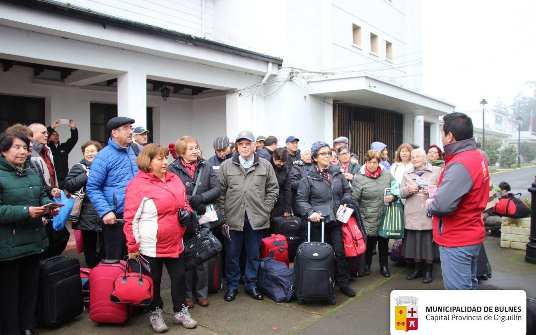 Adultos Mayores de Bulnes viajan de vacaciones a San Fabián con apoyo municipal