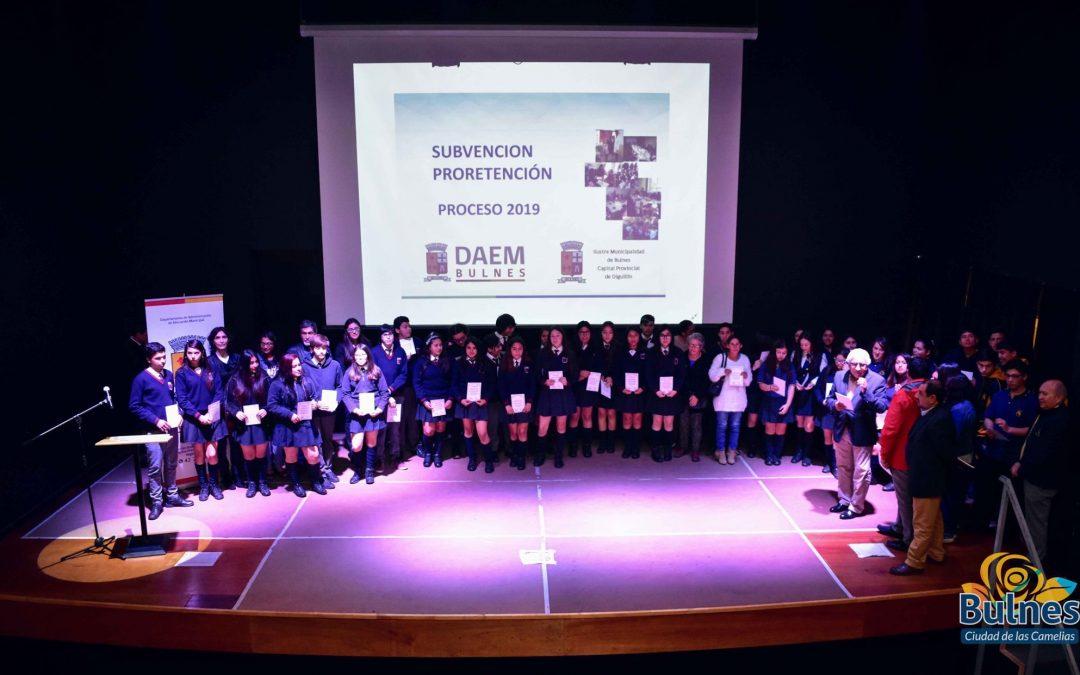 Municipio de Bulnes reconoce a alumnos que persisten en continuar sus estudios